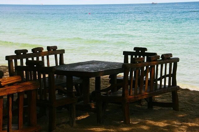 table-and-chairs-977688_640